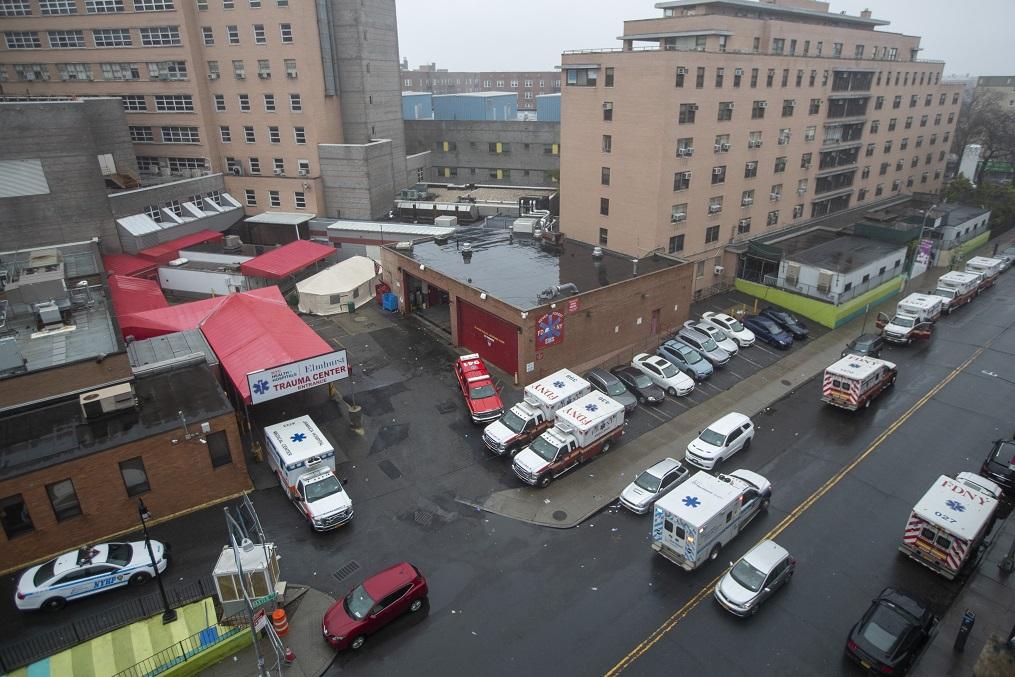 聯邦緊急事故管理總署(FEMA)向紐約市派出500名應急和護理人員及250輛救護車。圖為皇后區艾姆赫斯特醫院外的救護車。(美聯社)