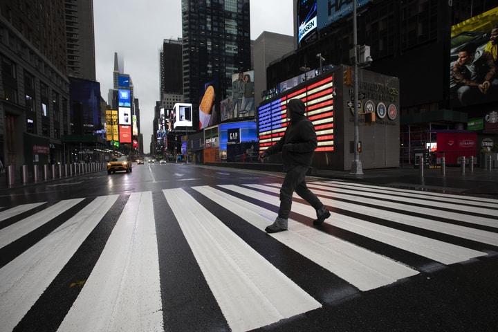 23日早上,紐約市下起小雨,時報廣場空空蕩蕩。(美聯社)