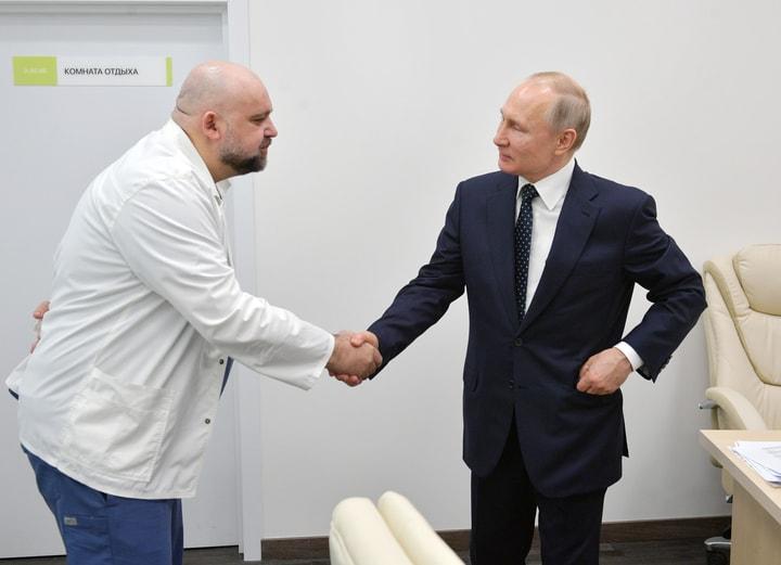 普羅岑科25日與普亭握手。(美聯社)