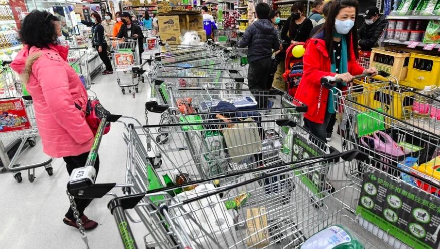 疫情嚴峻引發民眾恐慌,掀起物資搶購潮。圖/中央社