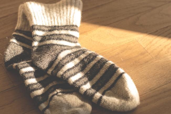 在襪子裡裝入貓砂,擺在儀表板上,可防擋風玻璃起霧。(Pexels)