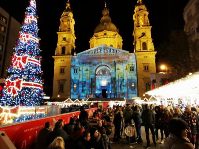 布達佩斯聖史蒂芬教堂前的耶誕市集。(圖:作者提供)