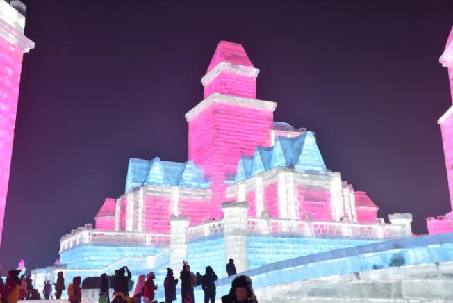 哈爾濱冰雕造型宏偉,高可達五、六層樓。(圖:作者提供)
