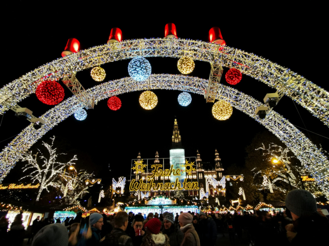 維也納市府前的耶誕市集。(圖:作者提供)