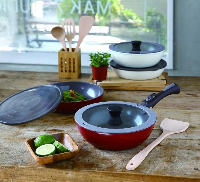 HOLA可拆式陶瓷不沾導磁煎炒鍋5件組,煎鍋/炒鍋26cm各一+玻璃蓋+密封蓋+可拆式手柄,加櫸木配件5件組。(圖:HOLA提供)