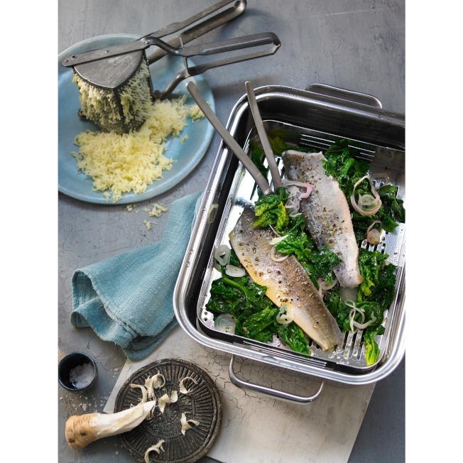 WMF蒸煮鍋6.5L可當深鍋、火鍋、蒸鍋、炸鍋使用。(圖:特力集團提供)