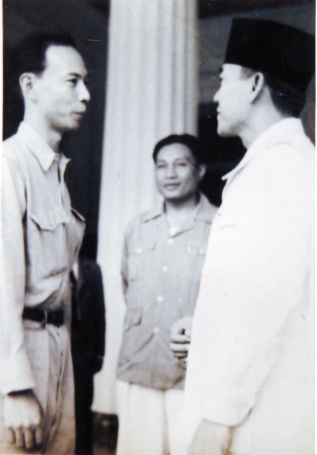 蘇加諾總統(右)接見作者父親(左)。