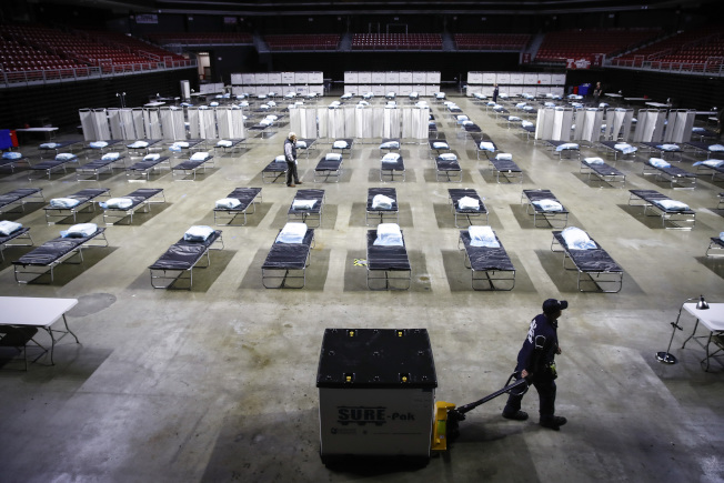 圖為費城天普大學體育館已改裝為臨時醫院,使用計畫未定。(美聯社)