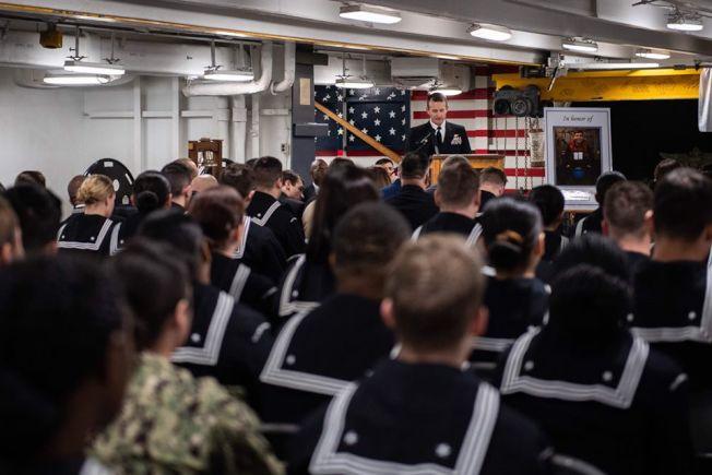 羅斯福號航母上的官兵在密閉空間集會。(羅斯福號推特)