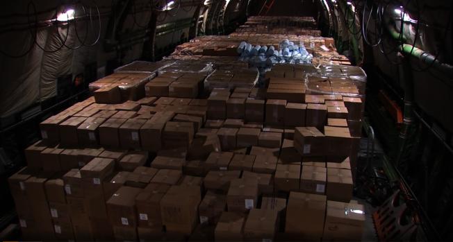 載著援助美國醫療用品的俄國軍用貨機上裝著幾百箱物資。俄國國防部提供