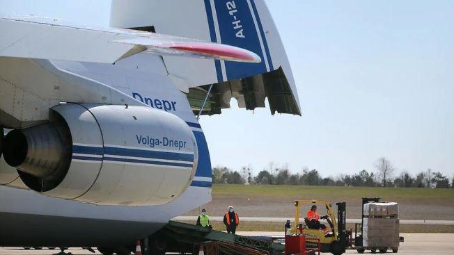 載有中國製850萬個口罩的飛機抵法國機場。(法國媒體網頁截圖)