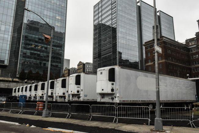 纽约市死亡病例激增,图为纽约大学医学中心外面停放的成排冷冻卡车,准备接收保管遗体。(Getty Images)