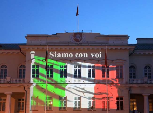 立陶宛總統府打上義大利國旗的顏色,以示支持。(Getty Images)