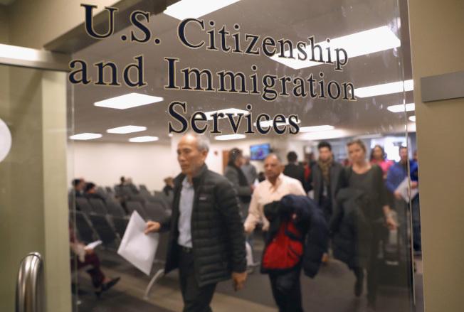 移民局暫關服務將會延續到5月3日。(Getty Images)