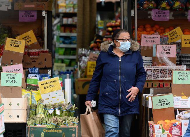 紐約布魯克林,一位戴口罩民眾離開超市。(Getty Images)