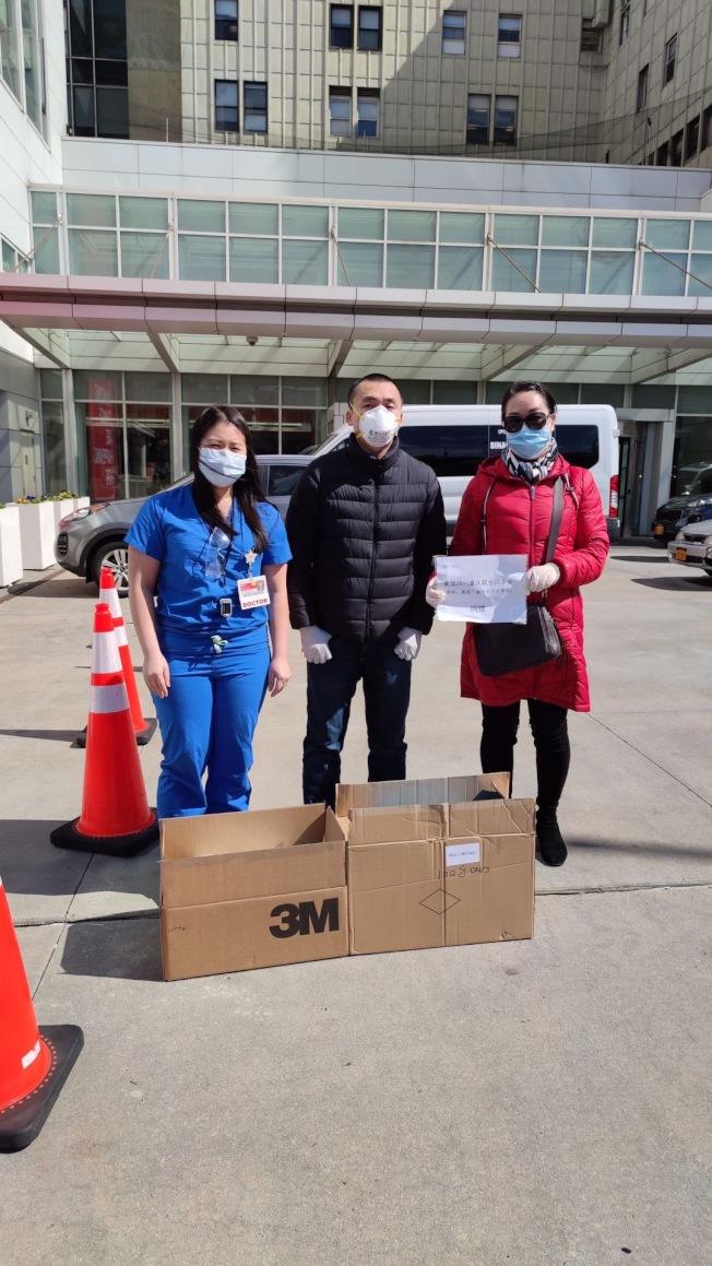 美國川渝同鄉會總商會向醫護人員和警務人員捐獻醫療防護物資。(美國川渝同鄉會總商會提供)