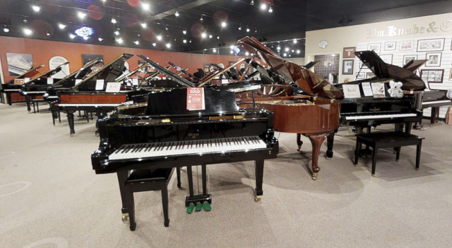 Cooper琴行逾萬呎的展示廳,陳列不同型式、品牌的鋼琴。(取自Cooper網站)
