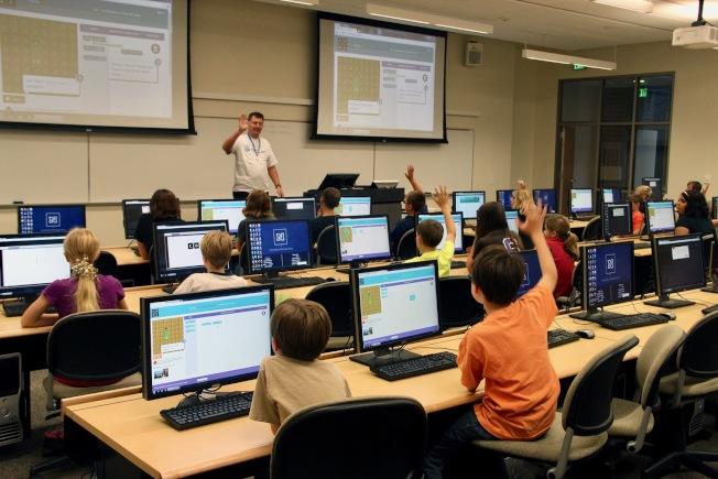 州長和總學監要求學校將視頻教學發展為學生在家遠程學習。(記者丁曙/攝影)