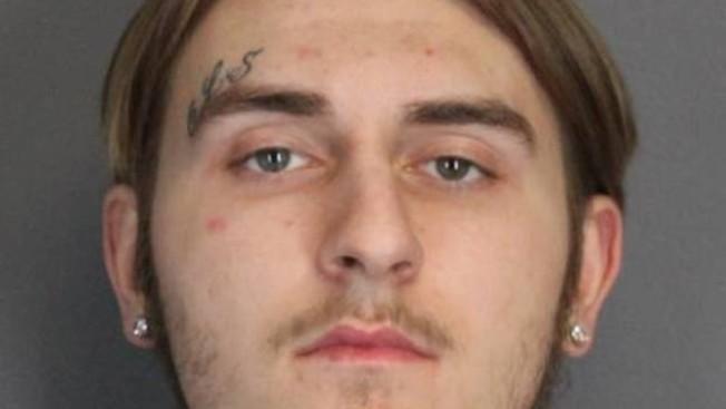 Rocco Gingello因涉嫌侮辱毆打口罩女,被以二級搶劫與四級持武罪名移送法辦。(門羅郡警方提供)