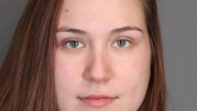 Alexis Gingello因涉嫌侮辱毆打口罩女,被以二級搶劫與四級持武罪名移送法辦。(門羅郡警方提供)