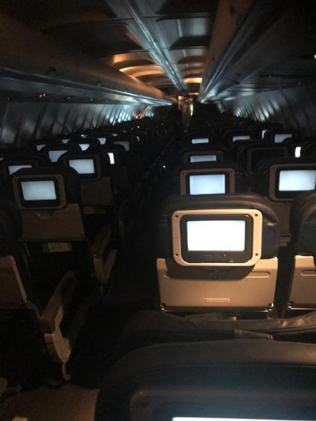由DC直飛舊金山的聯航737客機,200個坐位,乘客不到10人。(作者提供)