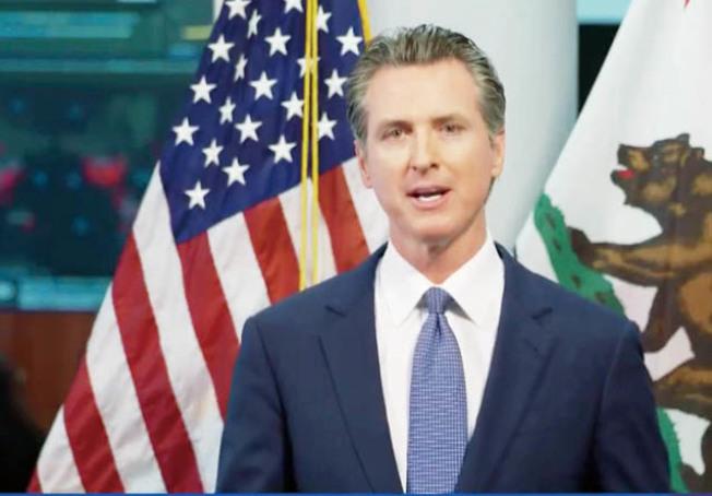 州長紐森宣布,本學年度全加州學校將關閉,但仍透過網路授課。(記者李秀蘭截圖)