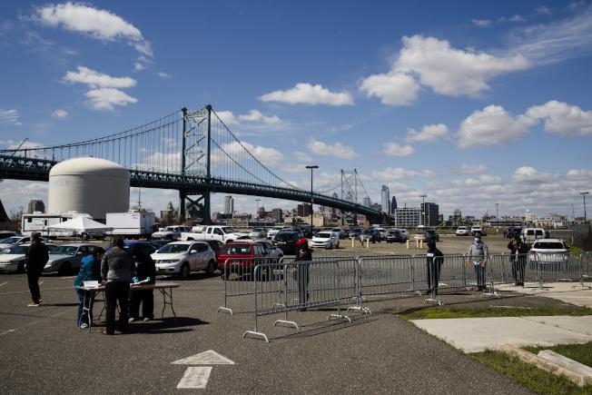 圖為新州肯登郡新增檢測站,與費城僅一橋之隔。(美聯社)
