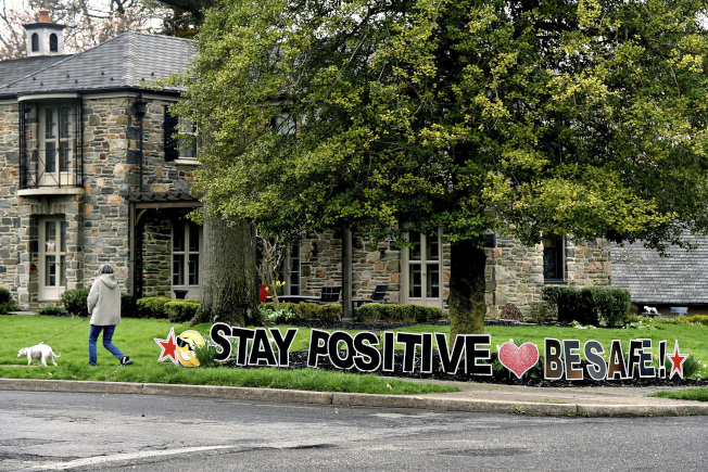 圖為新州 Haddonfield,一民宅前院設置鼓勵標語。(美聯社)