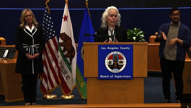 洛縣公共衛生局局長費若(Barbara Ferrer) 呼籲大眾,除了盡可能待在家中外,也不要到親友家拜訪,或者讓親友到家中作客。(截圖自洛縣政府臉書)