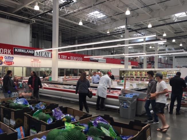 擔心大批民眾大量購買食品和日用品而增加新冠肺炎病毒傳播機率,Costco大賣場1日宣布將限制入場購買人數,同時適當調整和縮短營業時間。(記者楊青/攝影)