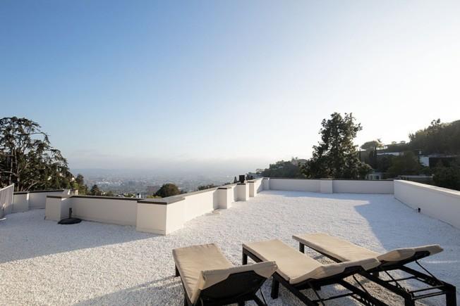 屋頂陽台將洛杉磯市區美景盡收眼底。(Realtor.com )