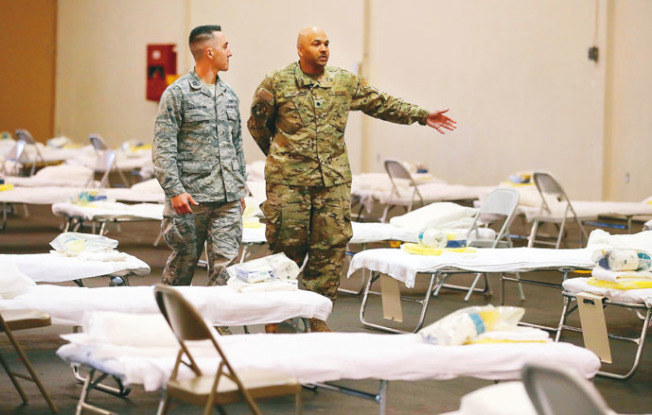 加州空軍國民警衛隊協助搭建工作。(美聯社)