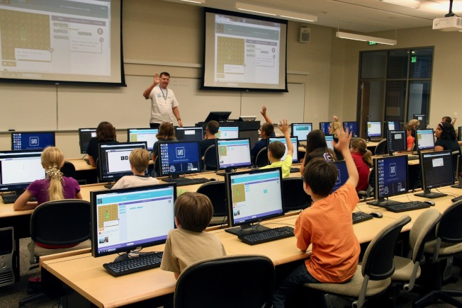 州長和教育總監要求學校將視頻教學,發展為學生在家遠程學習。(記者丁曙/攝影)