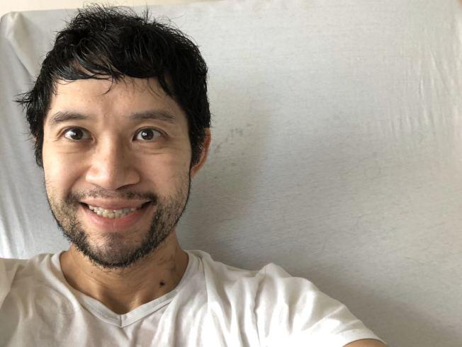 新冠肺炎重症患者拉特1日病情好轉,他通過推特宣布自己出院的好消息,並拍下與病床的合照。(取自拉特推特)