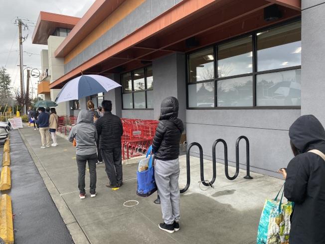「居家避疫」規定更為收緊,聖他克拉拉縣提醒:雖然超市是必要商家,民眾可前往採買,但仍要注意降低前往的頻率。(記者李榮/攝影)