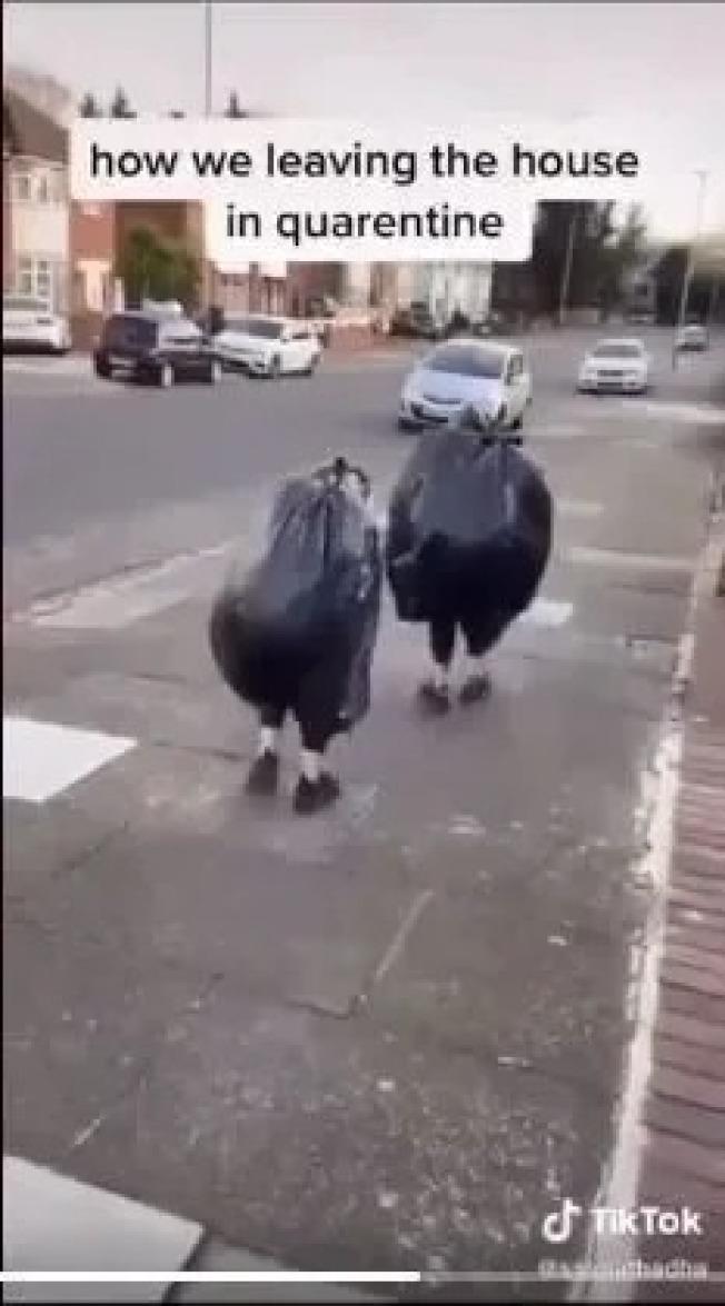 英國人為了出門,穿上黑色大垃圾袋。(取材自推特)