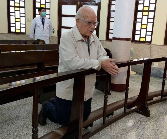 在台奉獻超過半世紀的天主教台灣靈醫會會長呂若瑟神父,含淚跪求天主保佑義大利,他也寫了一封求救信,請台灣人救救他的家鄉。記者戴永華/攝影