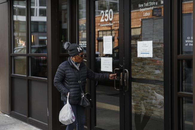 美國上周首度申請失業救濟金人數高達665萬人,連續第二周改寫紀錄。(美聯社)