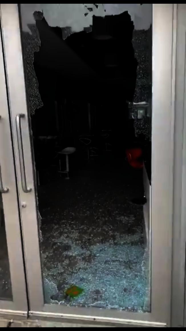 布碌崙大道華社多家店面日前被犯罪團夥爆竊,匪徒用重物砸向玻璃窗門。(讀者提供)