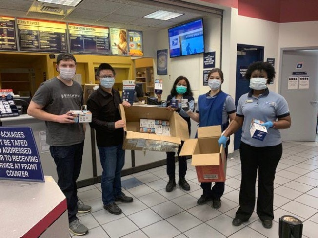 美中下一代基金會捐贈口罩給富頓郡某郵局,左二為基金會董事長鮑俊濤。(美中下一代基金會提供)