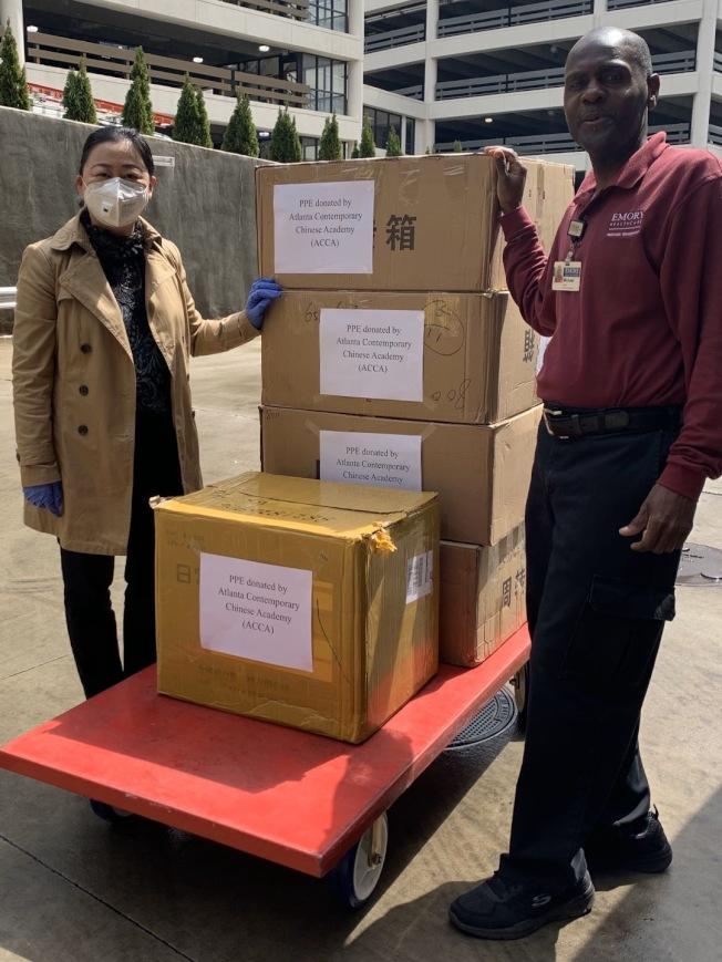 現代中文學校捐口罩給Emory亞特蘭大醫院,左為校長許凌渝。(現代中文學校提供)