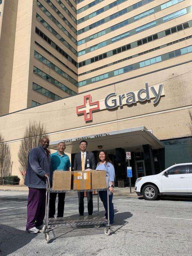 Grady醫院工作人員接受美中下一代基金會的口罩捐贈。右二為基金會董事李曉松博士,右三為志工劉兵。(美中下一代基金會提供)