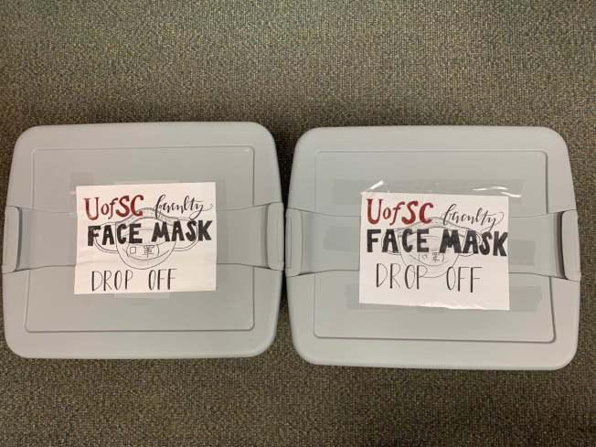 南卡大學華人將富餘的口罩收集起來用於捐贈。(哥倫比亞華協提供)