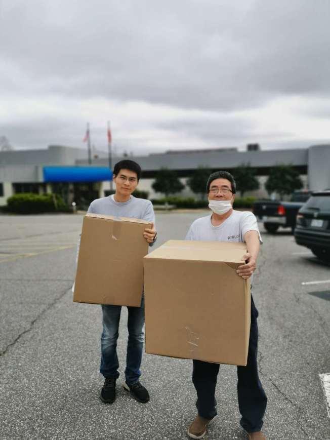 為省運費並節約時間,華協代表親自驅車前往夏樂口罩廠家拿口罩。(哥倫比亞華協提供)