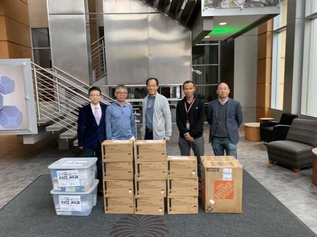 華裔社區代表與南卡大學PRISMA醫院交接口罩。(哥倫比亞華協提供)
