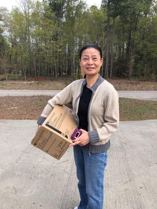 瑞琪璉(Richland)醫院的護士孫利新(音譯Sun Lixin)接受口罩捐贈。(哥倫比亞華人教會提供)