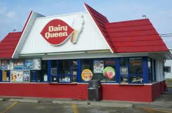佛羅里達州一名17歲華裔少女到「Dairy Queen」買冰淇淋,另一名顧客卻叫她去中餐館,令她感到莫名其妙。(取自臉書)