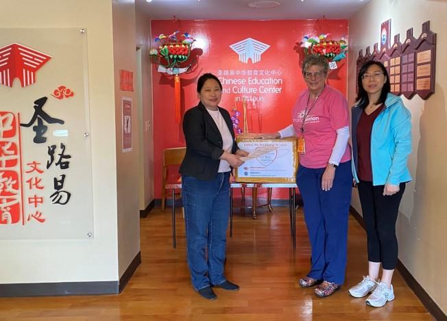 聖路易華人捐贈醫療防護用品給Cardinal Glennon Children's Hospital 。(讀者提供)