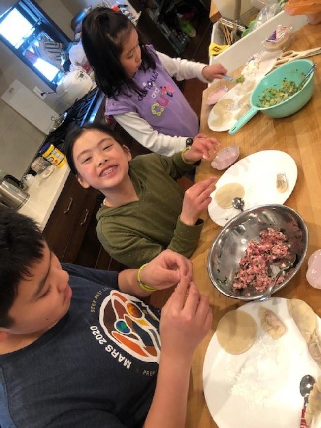 詹千香在居家避疫期間,與小孩一起包餃子。(詹千香提供)