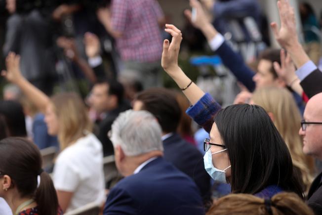 在疫情初期,美國人不願在公共場所戴口罩,白宮記者會上僅有亞裔記者戴口罩。(路透)